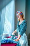 Bügelnde Wäscherei der Hausfrau Lizenzfreies Stockbild