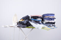 Bügelnder Vorstand mit Wäscherei Stockbild