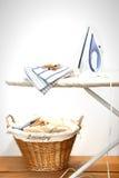 Bügelnder Vorstand mit Wäscherei stockfoto