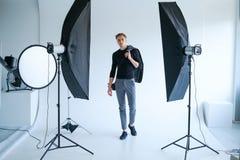 Bühne hinter dem Vorhang-Mannarbeitsplatzfoto-Studiokonzept lizenzfreie stockfotos