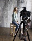 Bühne hinter dem Vorhang mit Berufsschießen im Studio lizenzfreie stockbilder