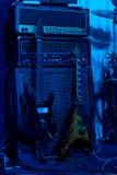 Bühne hinter dem Vorhang mit zwei E-Gitarren an einem Rockkonzert Stockbilder