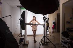 Bühne hinter dem Vorhang schöner sexy Dame im Studio Lizenzfreies Stockbild