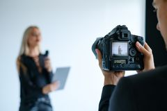 Bühne hinter dem Vorhang-Videoschmierfilmbildungskamera-Ausrüstungskonzept stockbild