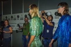 Bühne hinter dem Vorhang während des Modezeigunges in Madrid stockfotografie