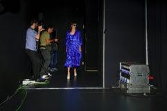 Bühne hinter dem Vorhang während des Modezeigunges in Madrid lizenzfreie stockbilder