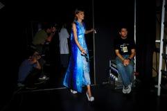 Bühne hinter dem Vorhang während des Modezeigunges in Madrid lizenzfreies stockfoto