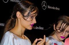 Bühne hinter dem Vorhang während des Modezeigunges in Madrid stockbilder