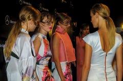 Bühne hinter dem Vorhang während des Modezeigunges in Madrid stockbild