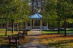 Bühne im Park im Herbst stockfoto