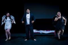 Bühnenauftritt im dunklen Studio Stockfoto