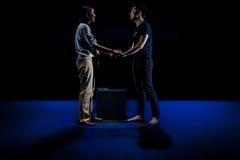 Bühnenauftritt im dunklen Studio Stockbild