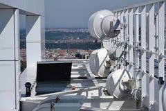 Bündel Übermittler und Antennen auf dem Wolkenkratzer Stockbilder
