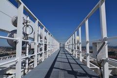 Bündel Übermittler und Antennen auf dem Wolkenkratzer Lizenzfreies Stockfoto
