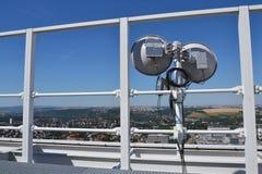 Bündel Übermittler und Antennen auf dem Wolkenkratzer Stockfotos