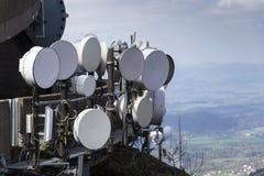 Bündel Übermittler und Antennen auf Telekommunikation ragen hoch Lizenzfreie Stockbilder