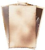 Bündel alte Fotos mit Flecken, Kratzern und gebrannten Rändern Stockfotos