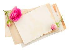 Bündel alte Papiere mit Rosen Stockbilder