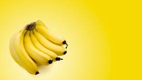 Bündel Bananen lokalisiert auf gelbem Hintergrund Lizenzfreie Stockfotografie