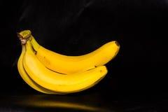 Bündel Bananen lokalisiert auf schwarzem Hintergrund Stockfotografie