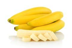 Bündel Bananen mit Scheiben auf weißem Hintergrund Lizenzfreie Stockfotografie