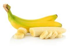 Bündel Bananen mit Scheiben auf weißem Hintergrund Stockfotografie