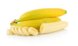 Bündel Bananen mit Scheiben auf weißem Hintergrund Lizenzfreies Stockbild