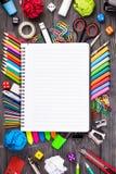 Bündel Bleistifte und anderer Büroartikel Stockfotografie