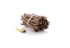 Bündel Brennholz mit Feuerzeugen auf Weiß Stockbilder