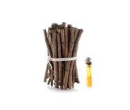 Bündel Brennholz mit Feuerzeugen auf Weiß Lizenzfreie Stockfotografie