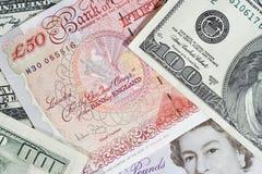 Bündel britische Pounds und Dollar Stockfoto
