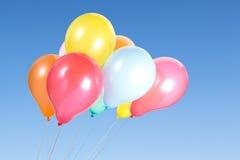 Bündel bunte Ballone im blauen Himmel Lizenzfreies Stockfoto
