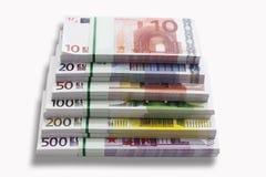 Bündel der Eurobanknoten auf weißem Hintergrund, Nahaufnahme Lizenzfreies Stockfoto
