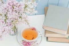 Bündel der Flieder, der Bücher und der Teetasse Lizenzfreie Stockbilder