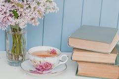 Bündel der Flieder, der Bücher und der Teetasse Lizenzfreie Stockfotos
