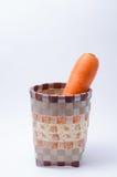 Bündel der frischen rohen Karotte im Korb auf weißem Hintergrund Stockfoto