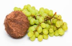 Bündel der grünen Trauben und der Kokosnuss Lizenzfreie Stockfotos