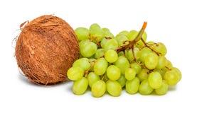 Bündel der grünen Trauben und der Kokosnuss Stockbild