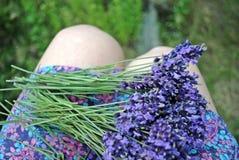 Bündel der Lavendelblume auf dem Rock Lizenzfreies Stockbild