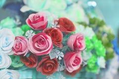 Bündel der rosafarbenen Blume, hauptsächlich Fokus auf Rotrose lizenzfreies stockfoto