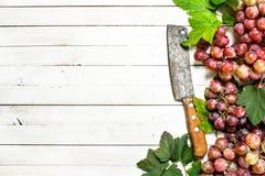 Bündel der roten Trauben mit Blättern Lizenzfreie Stockfotos