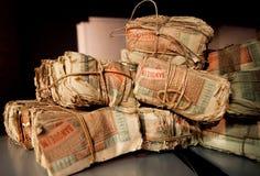 Bündel der türkischen Banknoten der Weinlese in der Wölbung von einer alten Bank Lizenzfreie Stockbilder