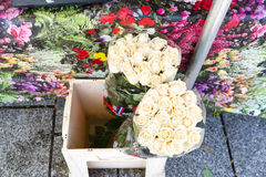 Bündel der weißen Rosen gegen farbigen Hintergrund in Paris-marke lizenzfreie stockbilder