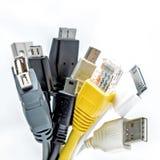 Bündel des Computers verkabelt mit den Sockeln, die auf einem weißen Hintergrund lokalisiert werden USB-Kabel Lan-Kabel Lizenzfreies Stockfoto