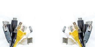 Bündel des Computers verkabelt mit den Sockeln, die auf einem weißen Hintergrund lokalisiert werden USB-Kabel Lan-Kabel Stockfotos