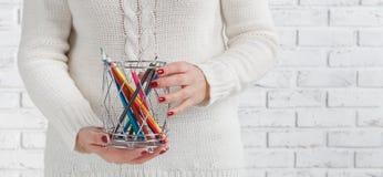 Bündel des farbigen Bleistifts in den Frauenhänden, KunstKonzept des Entwurfes Stockfotos