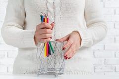 Bündel des farbigen Bleistifts in den Frauenhänden, KunstKonzept des Entwurfes Stockfotografie