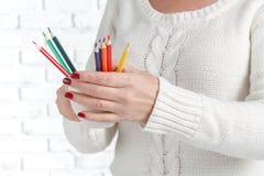 Bündel des farbigen Bleistifts in den Frauenhänden, KunstKonzept des Entwurfes Lizenzfreie Stockbilder