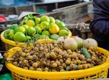 Bündel des frischen Longan trägt auf lokalem Markt Früchte Stockfotografie