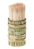 Bündel des hölzernen Toothpick in der runden wattled Halterung lizenzfreie stockfotos